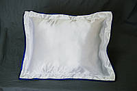 Подушка атласная 35×45 см., кайма синяя