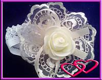 """Свадебные бутоньерки для свидетельниц на руку""""Роза в кружеве"""", цвета в ассортименте Молочный"""