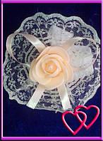 """Свадебные бутоньерки для свидетельниц на руку""""Роза в кружеве"""", цвета в ассортименте Персиковый"""