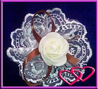 """Свадебные бутоньерки для свидетельниц на руку""""Роза в кружеве"""", цвета в ассортименте Шоколад"""