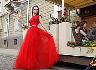 Красная пышная юбка в пол из сетки и топ с воланом.