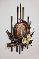 Вертикальное панно с часами из натуральной кожи  и бамбука
