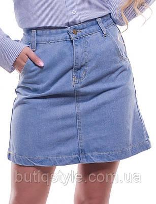 Короткая голубая джинсовая женская юбка прямого кроя