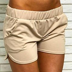 Коротенькие шорты в бежевом цвете с карманами по бокам.