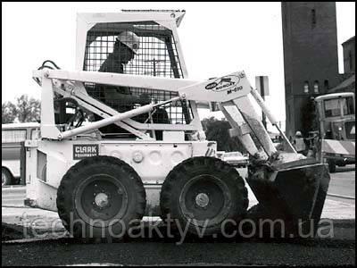 M-610: В 1968 году компания «Мелроу» выпустила модель «M-600» погрузчика с грузоподъёмностью 455 кг (1000 фунтов). Более совершенная «610-я» модель появилась почти случайно. Владельцы одного литейного завода пожаловались на недостаточную прочность «600-й» модели: она не выдерживала суровых условий литейного цеха. Ответом на возникшую потребность стала, разработанная на основе предыдущей, модель специального назначения.