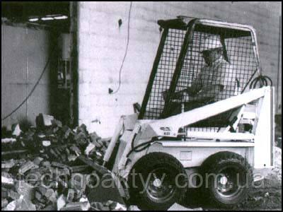 М-371 - самый малогабаритный в мире погрузчик с бортовым поворотом и задней разгрузкой ковша «Мини-Боб», созданный для работы на самых ограниченных площадях с грузоподьёмностью 227 кг. Его размеры составляют лишь 1,83 м. в высоту, 2,44 м. в длину и 890 мм в ширину.