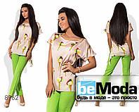 Эффектный женский костюм из блузы с принтом и однотонных брюк зеленый с бежевым