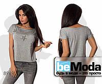 Модная женская футболка с оригинальным декольте и блестящими звездами серая
