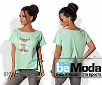 Стильная женская футболка в вырезом на спине и аппликацией впереди голубая