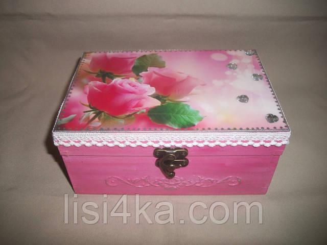 Деревянная розовая шкатулка с розами и белым кружевом