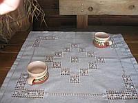 Маленькая скатерть ручной работы на кофейный столик