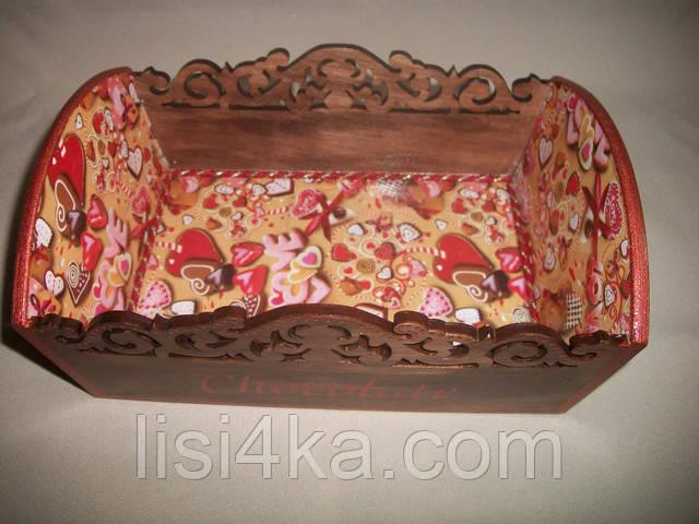 Деревянная коричневая конфетница со сладостями