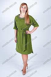 Стильное женское платье с отделкой бусинками оливкового цвета
