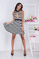 Приталенное полосатое платье с открытой спинкой и кокетлевым разрезом на груди, в комплекте брошь.