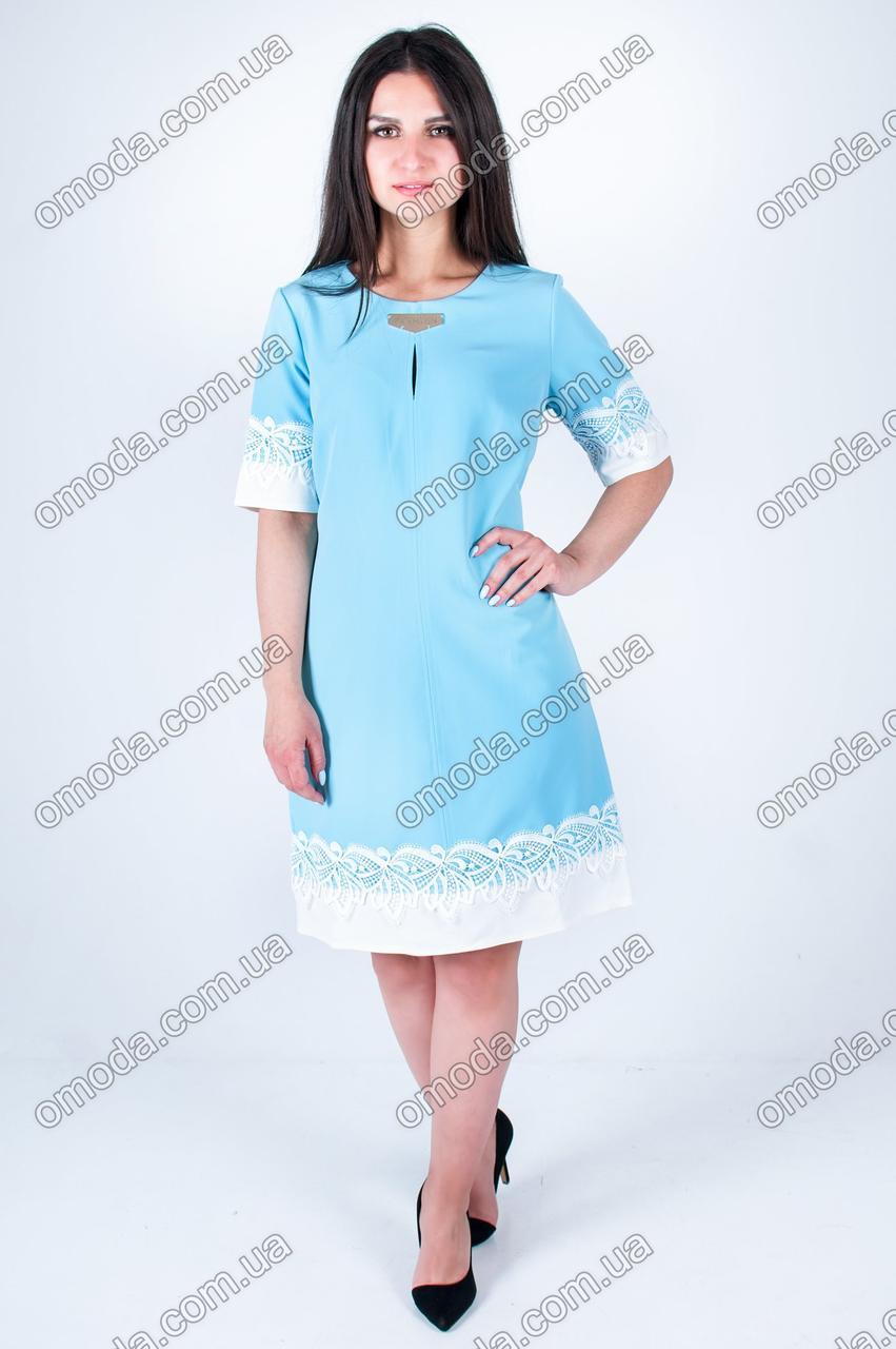 Летнее женское платье средней длины голубого цвета