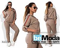 Модный женский спортивный костюм из кофты и брюк с декоративными аппликациями бежевый