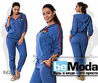 Модный женский спортивный костюм из кофты и брюк с декоративными аппликациями электрик