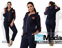Модный женский спортивный костюм из кофты и брюк с декоративными аппликациями синий