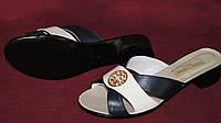 Женские кожаные шлепанцы на не высоком каблуке. Цвет черный с белым