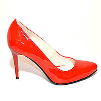 Красные лаковые классические туфли на шпильке