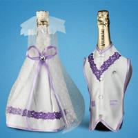 """Украшение для свадебного шампанского """"Бело-сиреневые костюмы"""""""