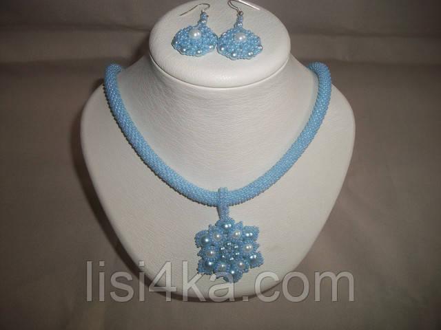Комплект бижутерии из колье с кулоном и серег с жемчугом голубого цвета