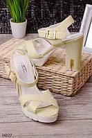 Стильные и удобные босоножки женские желтые на толстом каблуке и тракторной подошве на удобном каблуке