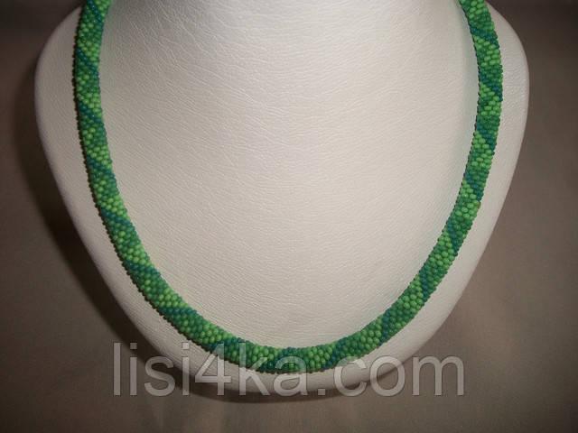 Вязаный из бисера узорный жгут колье в ярких зеленых тонах