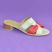 Кожаные женские шлепанцы на невысоком каблуке, бежевого цвета и цвет коралл.