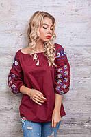 Женская блуза украшена вышивкой в виде геометрического узора, бордовая