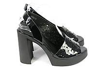 Черные лакированные босоножки на каблуке
