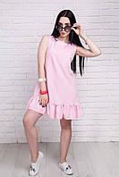 Нежно-розовое женское платье с оборкой по нижнему краю