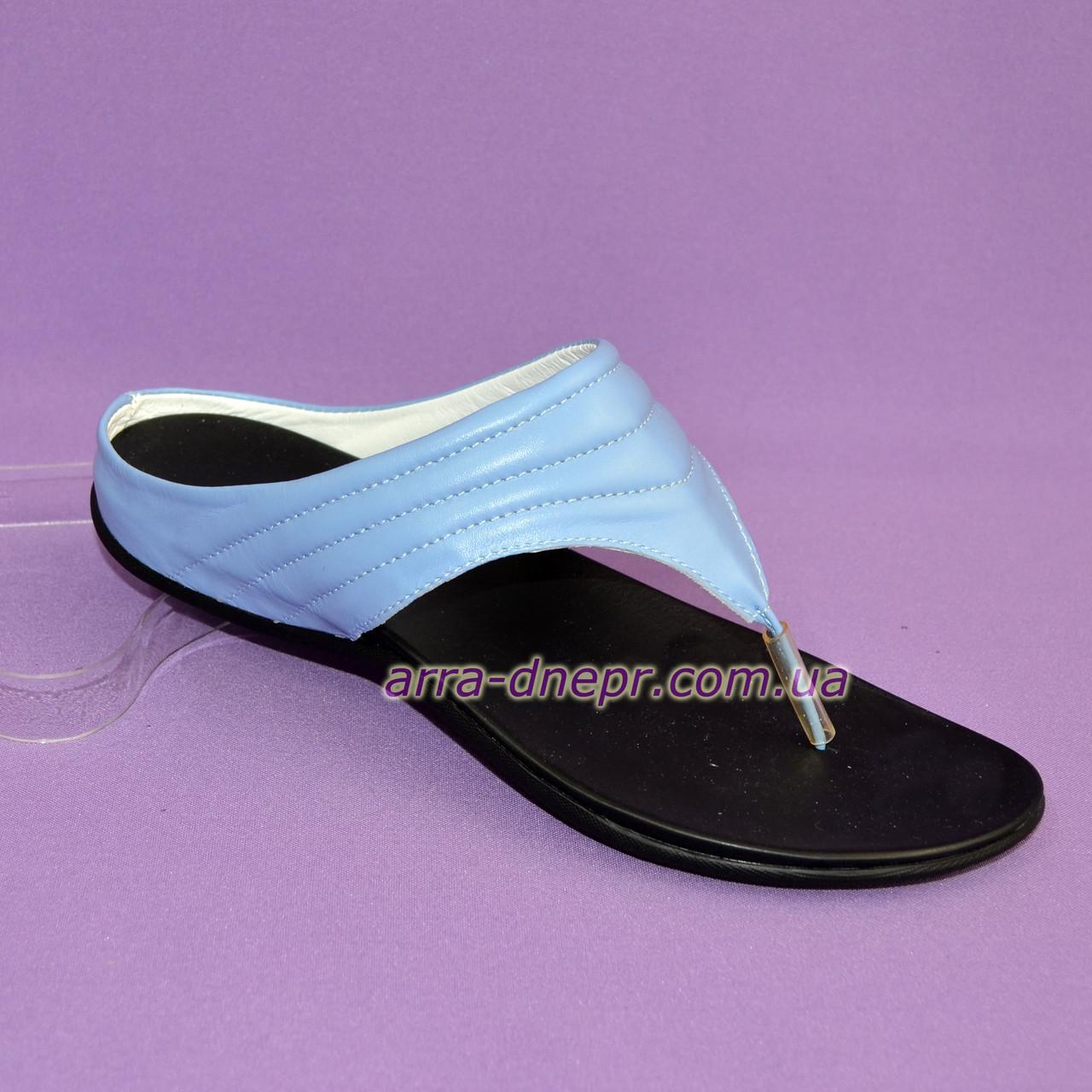 Женские кожаные шлепанцы-вьетнамки на низкой подошве, голубой цвет