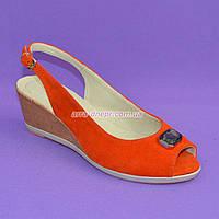 Женские замшевые оранжевые босоножки на невысокой танкетке от производителя