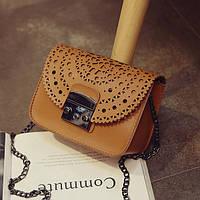 Стильная женская маленькая сумка коричневого цвета с орнаментом