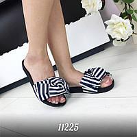 Модные тапочки в морском стиле бело-синего цвета на черной подошве