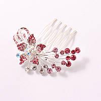 Маленький гребень для волос декорирован бело-розовыми камнями