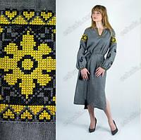 Вышитое женское платье с желтыми цветами и петушками