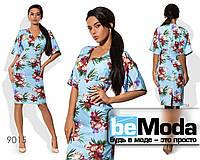 Модное женское платье средней длины из вискозы с цветочным принтом голубое
