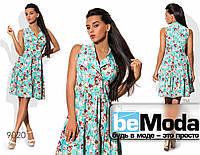 Стильное женское платье в цветочный принт с рубашечным верхом и клешной юбкой голубое
