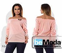 Стильная женская блуза с открытыми плечами и кружевом на манжетах розовая
