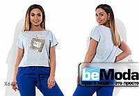 Стильная женская футболка больших размеров с аппликацией на груди голубая