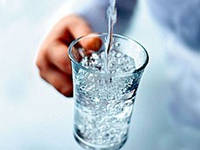 Питье воды из крана