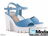 Красивые женские босоножки на высоком каблуке и с массивной рифленой платформой голубый
