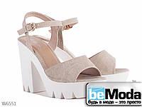 Красивые женские босоножки на высоком каблуке и с массивной рифленой платформой бежевые