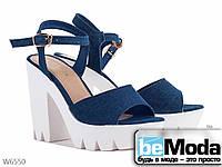 Красивые женские босоножки на высоком каблуке и с массивной рифленой платформой синие
