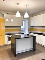 Желтые акценты на кухонной мебели