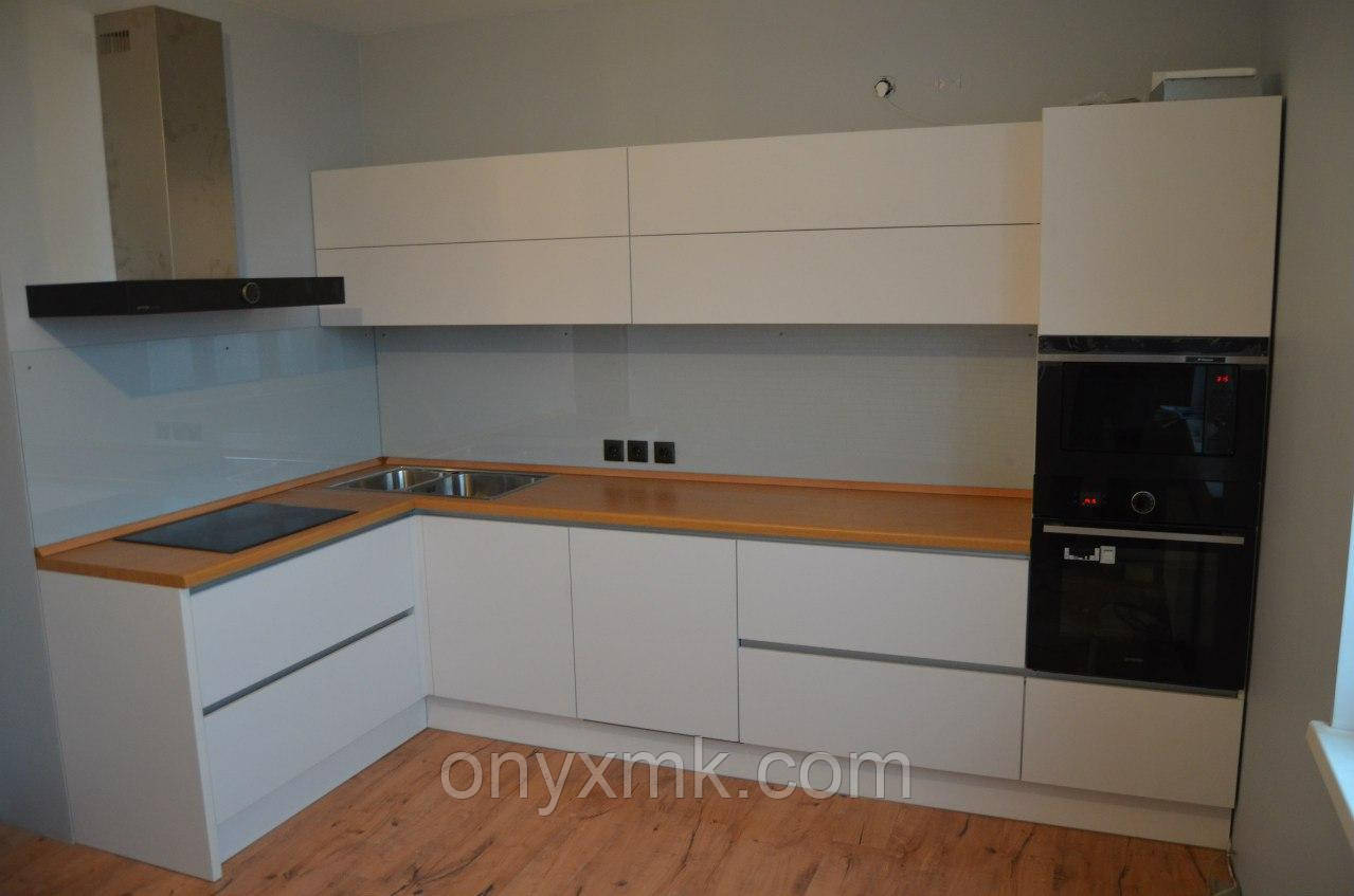 кухня белая с деревянной столешницей фото