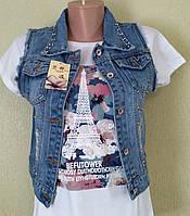 Женская джинсовая жилетка с вышивкой.