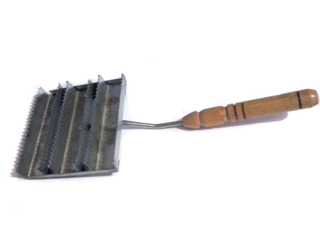 Щетка для чистки скота с деревянной ручкой.